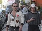 Jude Law é clicado ao lado da nova namorada, nos EUA