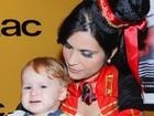 Aos 11 meses, filho caçula de Danielle Winits curte show gospel
