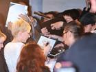 Michelle Williams distribui autógrafos em première em Tóquio