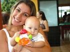 Filho de Neymar se diverte no colo da tia materna