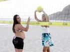 A menos de um mês do parto da filha, Perlla 'joga' vôlei