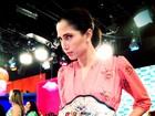 Camila Pitanga posa com cinturão de José Aldo em bastidores de gravação