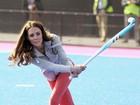 Bem magrinha, Kate Middleton mostra disposição em jogo de hóquei