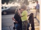 Fofos! Claudia Leitte posta foto dando selinho no filho Davi