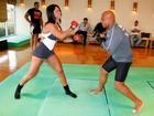 Dani Sperle faz aula de defesa pessoal com campeão de MMA