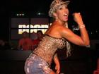 De shortinho jeans, Valesca Popozuda canta em boate carioca