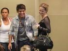 Fernanda Rodrigues vai a shopping com a filha e o marido