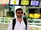 Barbudo e sorridente, Marcelo Faria circula em aeroporto carioca
