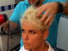 Xuxa corta o cabelo para gravar comercial