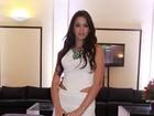 Bruna Marquezine usa vestido curtinho em festa no Rio