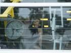 Toda de preto, Cleo Pires malha em academia do Rio