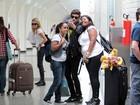 Ator de 'Rebeldes' faz sucesso com fãs em aeroporto