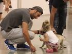 Paizão: Victor Pecoraro paparica a filha durante passeio em shopping