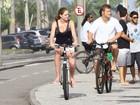 Diego Alemão pedala com a namorada na orla do Rio