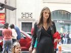 Com barrigão, Alessandra Ambrósio leva filha para ver Branca de Neve