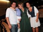 Rodrigo Lombardi de bigode e outros famosos levam filhos ao teatro