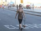 Carolina Kasting passeia pela orla do Leblon com seu cachorro