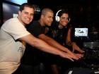 Dani Sperle curte show de Dudu Nobre em boate carioca