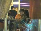 Isis Valverde troca beijos com o namorado durante jantar no Rio