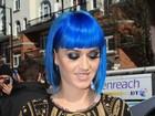 Katy Perry aparece de franja e cabelo curtinho em Londres