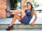 Mayra Cardi mostra pernão em campanha de sapatos