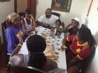 Após acusação de agressão, MV Bill posta foto com a família em rede social