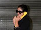 Carol Castro exibe seu telefone 'moderno' em aeroporto do Rio