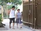 Após ser papai, Eduardo Moscovis passeia com a mãe pelo Rio
