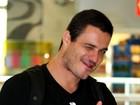 Ex-BBB Rafa faz 'joinha' para fotógrafo em aeroporto, no Rio