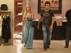 Paloma Duarte aparece mais loira em passeio com namorado