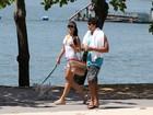 Jesus Luz caminha na orla da Lagoa com a namorada