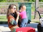 Jessica Alba se diverte com a filha em parque nos Estados Unidos