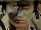 Katy Perry aparece com roupa militar e cabelos curtinhos em novo clipe
