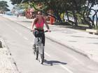 De barriga de fora, Renata Santos pedala pela orla do Rio