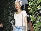 De shortinho jeans, Rihanna janta em restaurante nos Estados Unidos