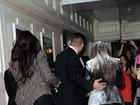 Kim Kardashian é atingida por pó branco durante evento nos EUA