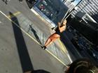 Cai na rede foto de Aryane Steinkopf com seios à mostra no meio da rua