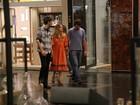 Maria Padilha circula por shopping com namorado