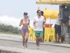 Max Fercondini corre na orla do Rio com a namorada