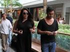 Mais magra, Cristina Mortágua passeia com o filho em shopping