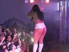 De shortinho curto e bota, Melancia faz show nos Estados Unidos