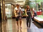 Romulo Arantes Netto passeia com a namorada em shopping do Rio