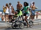 Glória Maria anda de bicileta com a filha no Rio