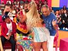 Gilberto Gil dá palmadinha no bumbum de Valesca Popozuda