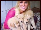Momento fofura: Fiorella Mattheis posa com quatro cachorrinhos