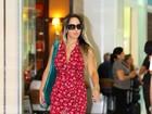 Mulher Melão escolhe vestido com superfenda para viajar
