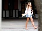 No dia do aniversário de Xuxa, Sasha passeia em shopping com a babá