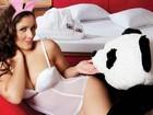 Nana Gouvêa posa de lingerie e orelhinha de coelha em motel
