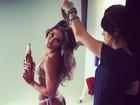 De biquíni, Mayra Cardi posta foto nos bastidores de comercial