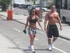 Ex-BBB Kelly exibe boa forma  e faz exercícios com namorado no Rio